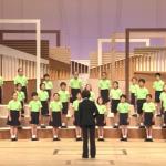 東京都知事の小池百合子さんを公務で思わず涙ぐませたのは、小学生の歌声でした。